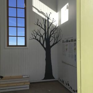 del av trappbänken och en trädsilhuett